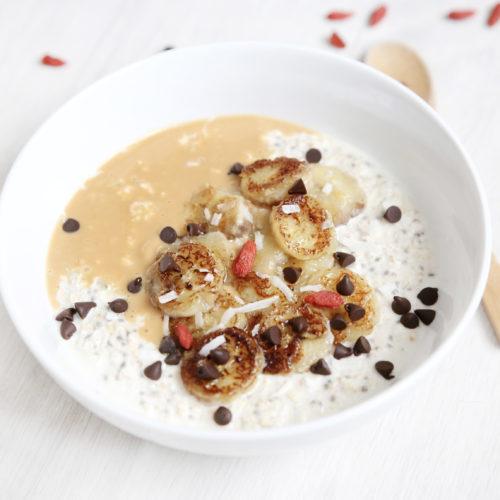 Porridge banane dorée et beurre de cacahuète