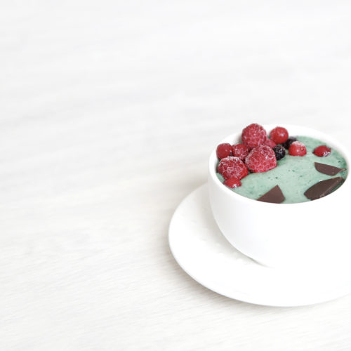 Smoothie bowl coloré, fruits rouges et chocolat